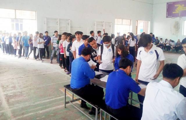 Đông đảo sinh viên đến đăng ký tham gia Ngày hội hiến máu tình nguyện tại trường Đại học Bạc Liêu.