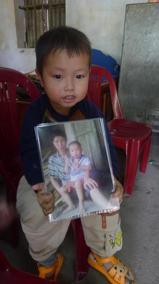 Cậu bé Trọng lúc nào cũng giữ tấm ảnh hai mẹ con bên mình.