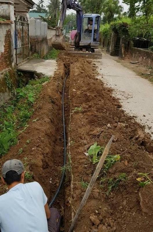 Ai đang chôn đường ống cấp nước trái phép tại xã Quảng Yên