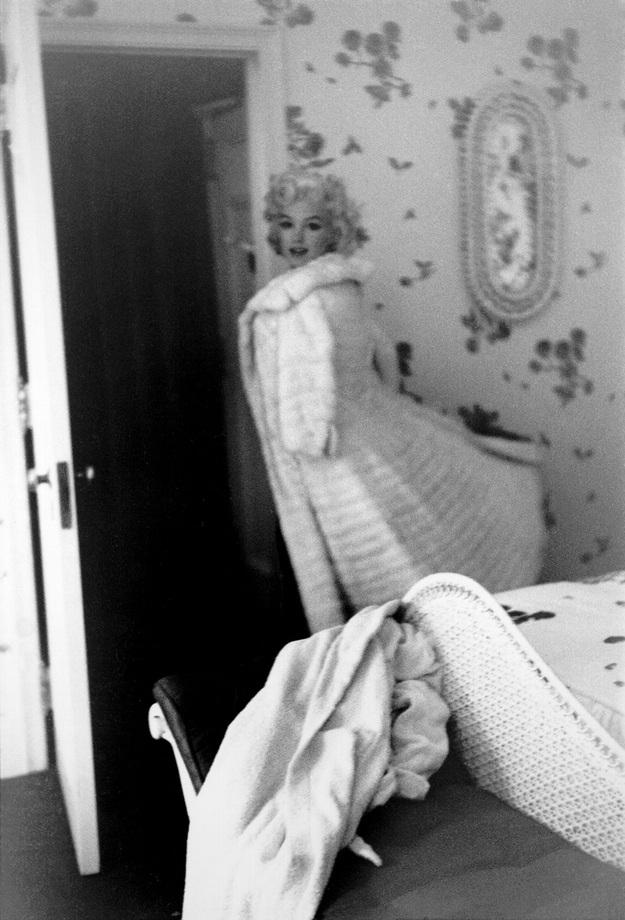 Người đẹp thiên thần đã xong xuôi, bức ảnh như ghi lại một dáng hình bồng bềnh nhẹ lướt trong không gian. Marilyn chắc chắn sắp có một buổi tối vui vẻ.