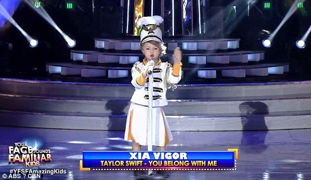 """Cô bé người Anh đang trở thành hiện tượng gây sốt tại chương trình """"Gương mặt thân quen nhí"""" Philippines khi đóng giả Taylor Swift rất đạt."""