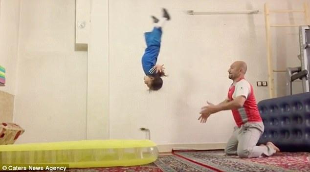 Cậu bé Arat luyện tập đều đặn mỗi ngày bên cạnh cha ngay trong ngôi nhà của mình.