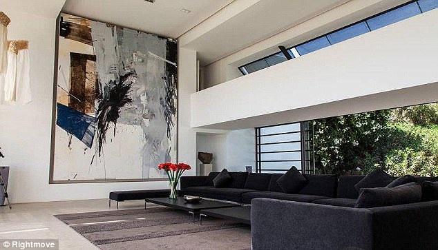 Phong cách thiết kế tối giản bao gồm những bức tường trắng, đối lập với những đồ nội thất tối màu. Điểm xuyết là những bức tranh theo trường phái trừu tượng.