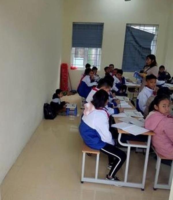 Hình ảnh học sinh bị cô giáo phạt ngồi học dưới nền nhà được chia sẻ trên mạng xã hội