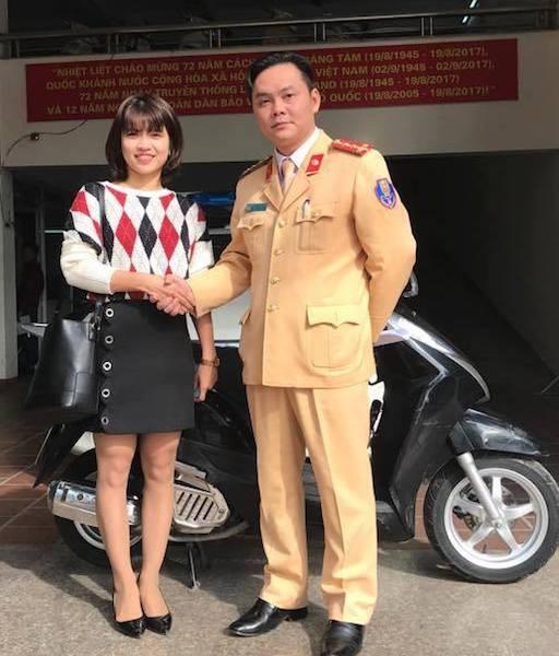 Đại uý Nguyễn Tuấn Cường - Phó Đội trưởng Đội CSGT số 2 Hà Nội bàn giao tài sản cho chủ nhân.