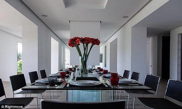 Villa có 10 phòng ngủ với phòng ăn rộng lớn, sang trọng.