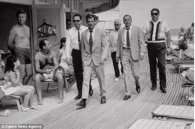 Một bức ảnh chụp nam ca sĩ Frank Sinatra được hộ tống bởi các vệ sỹ khi ông xuất hiện tại khách sạn Fontainbleau Hotel, thành phố Miami Beach, bang Florida, Mỹ. Bức ảnh ước tính có giá 30.000 USD (hơn 680 triệu đồng).