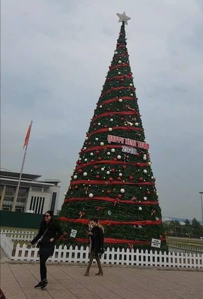 Cây thông Noel khủng nhất từ trước đến nay được Phòng Văn hóa thông tin TP Bắc Giang dựng tại quảng trường trung tâm.