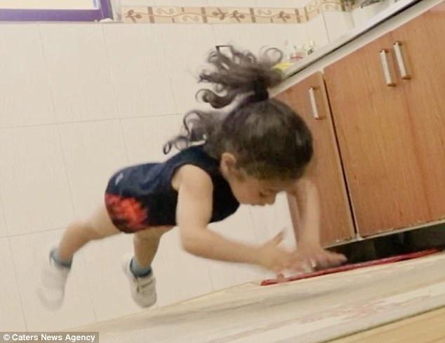 Arat có thể thực hiện các động tác bật nhảy, chống đẩy và lộn nhào thăng bằng.