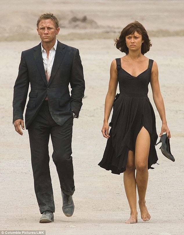 """Daniel Craig và Olga Kurylenko trong """"Quantum Of Solace"""" (Định mức khuây khỏa - 2008)"""