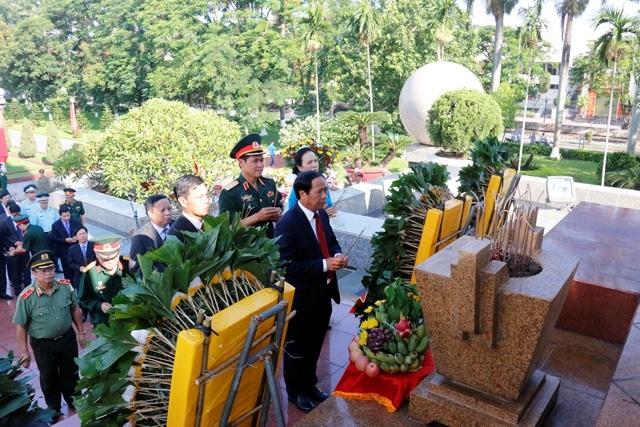 Lãnh đạo thành phố dâng hương tưởng niệm tại Đài Liệt sĩ (ảnh Cổng TTĐT thành phố)