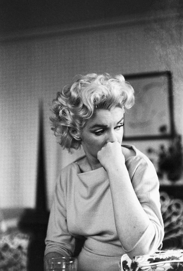 Khi còn lại một mình, cũng có khi Marilyn ưu tư sầu muộn.