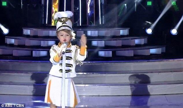 Các giám khảo của chương trình đã hoàn toàn bị thuyết phục bởi phần trình bày của bé Xia.