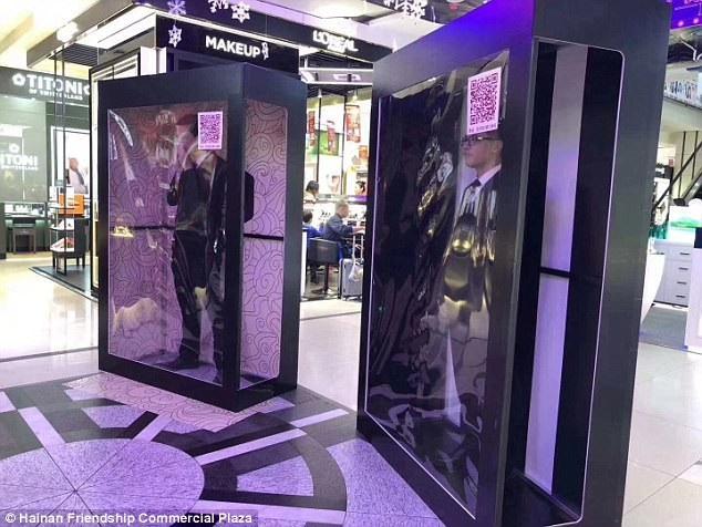 Các ứng viên nam có ngoại hình khá đứng trong thùng kính có gắn mã QR, chờ được các cô gái thuê làm bạn trai tại một trung tâm mua sắm ở Hải Khẩu, Trung Quốc.
