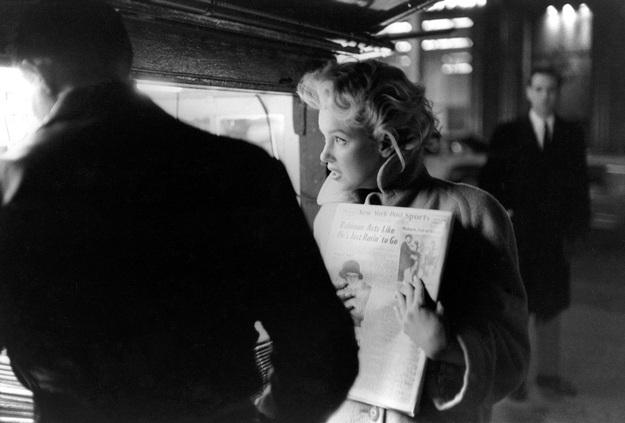 Ở New York, Marilyn thường xuyên đi tàu điện ngầm, chẳng ai làm phiền nàng, nàng chạy lại một quầy báo, mua một tờ nhật báo và cũng sẽ như bao người, nàng tranh thủ giở báo ra đọc khi ngồi trên tàu.