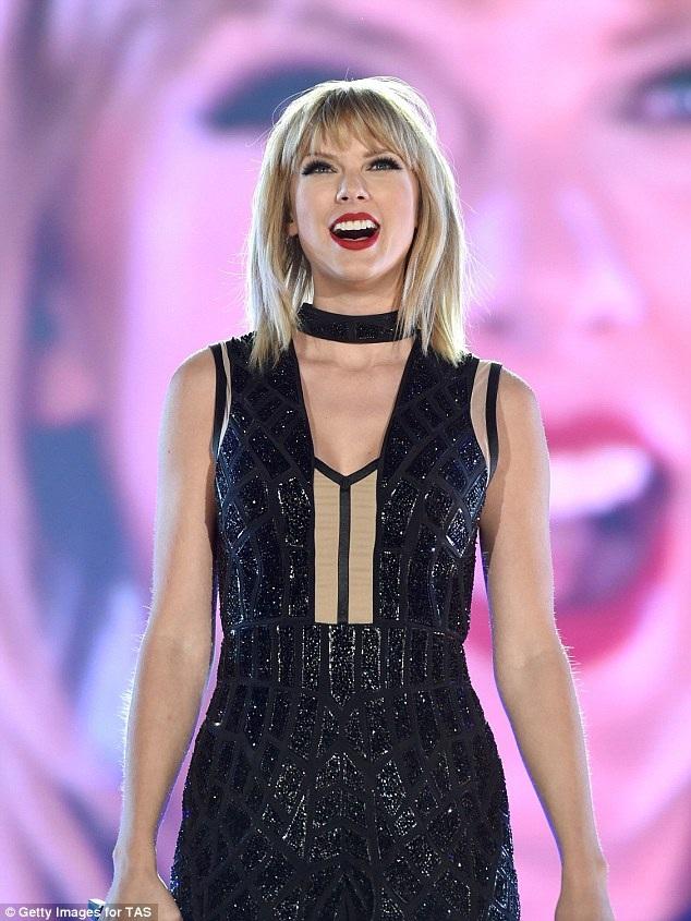 Đoạn clip ghi lại phần trình diễn của Xia nhập vai Taylor Swift dù mới được đăng tải một ngày trước nhưng đã thu hút hơn 1 triệu lượt xem trên trang YouTube.