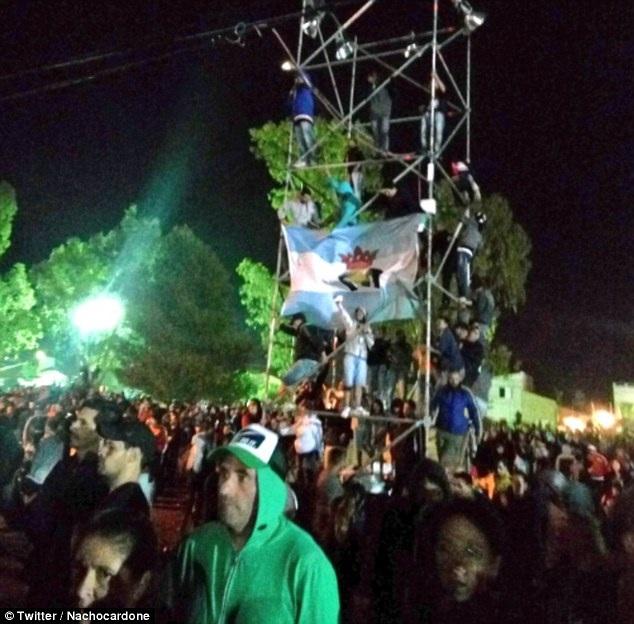 Sự phấn khích thái quá của đám đông khán giả tại đêm nhạc