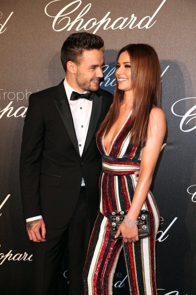 """Cheryl và Liam Payne - Khoảng cách 10 tuổi: Chuyện tình """"chị em"""" đình đám nhất giới showbiz quốc tế hiện nay chính là cuộc tình """"đơm hoa kết trái"""" giữa cặp đôi ca sĩ Cheryl và cựu thành viên nhóm nhạc nam One Direction - Liam Payne. Cặp đôi bắt đầu hẹn hò từ đầu năm 2016 sau khi Cheryl quyết định kết thúc cuộc hôn nhân thứ hai không hạnh phúc."""