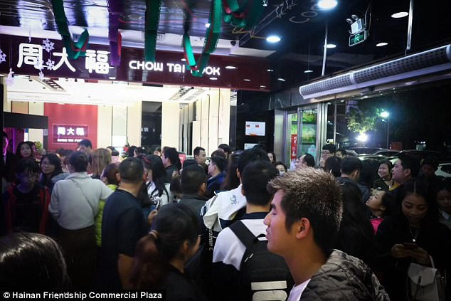 """Hàng trăm cô gái độc thân đã chen chân để được """"sóng đôi"""" bên """"mỹ nam"""" tại một trung tâm mua sắm dịp Giáng sinh vừa qua."""