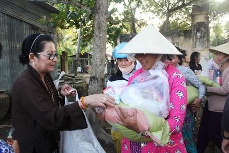 Bà Lệ trao quà cho người nghèo, người khuyết tật ở tỉnh Bến Tre