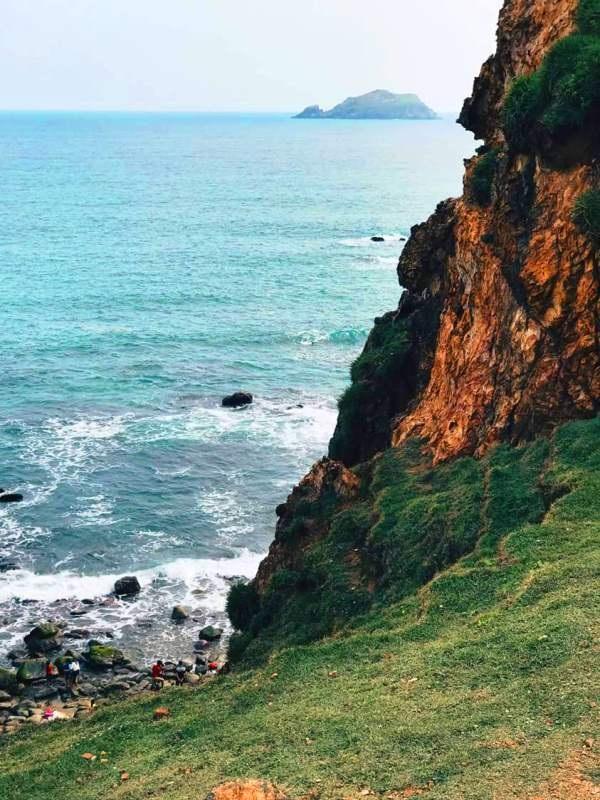 Từ các mỏm đá trên cao nhìn xuống, Eo Gió một trời biển trong xanh