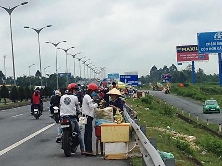 Người miền Tây lỉnh kỉnh hành lý, nối đuôi nhau đổ về Sài Gòn - 2