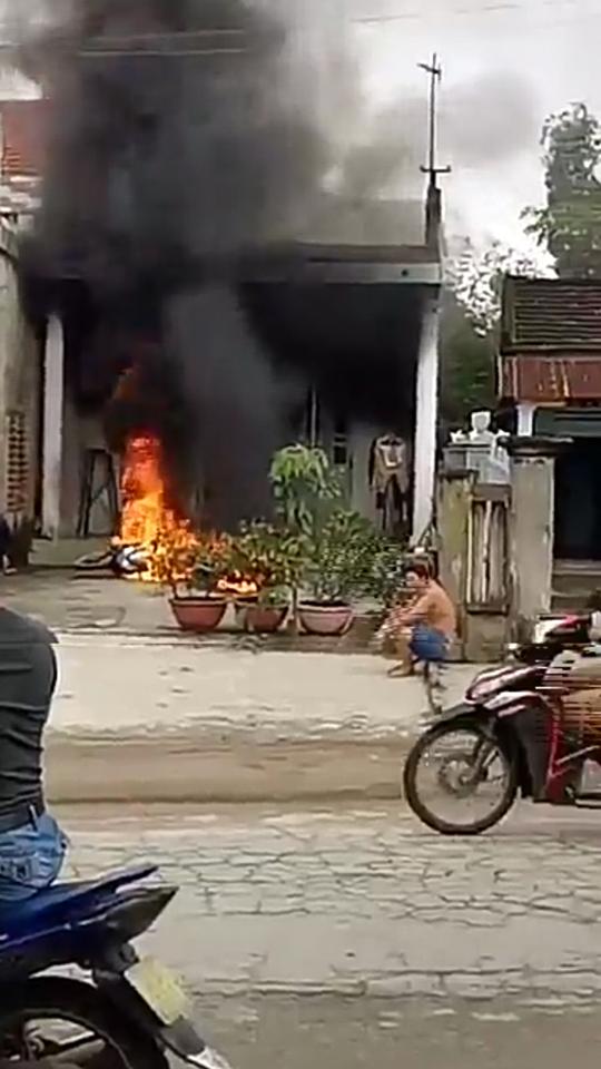 Giận vợ, chồng đốt 2 xe máy cháy rụi - 3