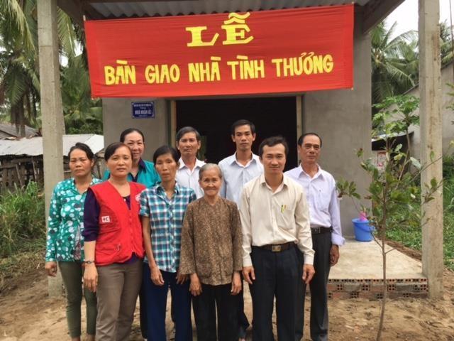 Gia đình cùng chính quyền địa phương vui mừng bên căn nhà mới