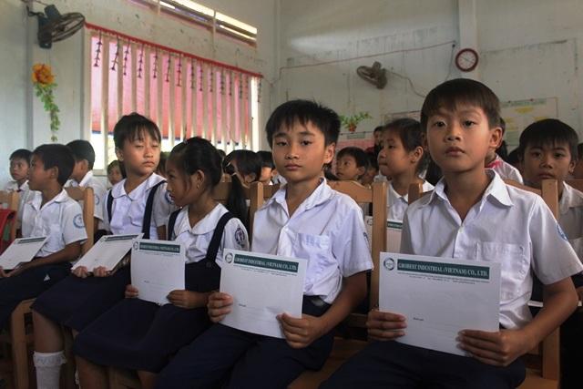Trao 150 suất học bổng Grobest Việt Nam đến học sinh nghèo hiếu học tỉnh Bến Tre - 3