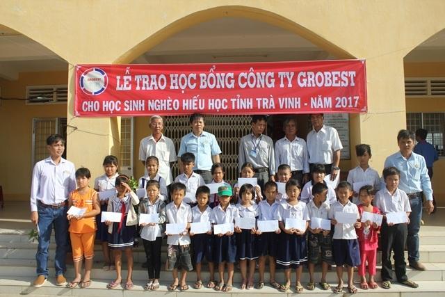 Học sinh nghèo Trường tiểu học Vinh Kim A nhận học bổng Grobest