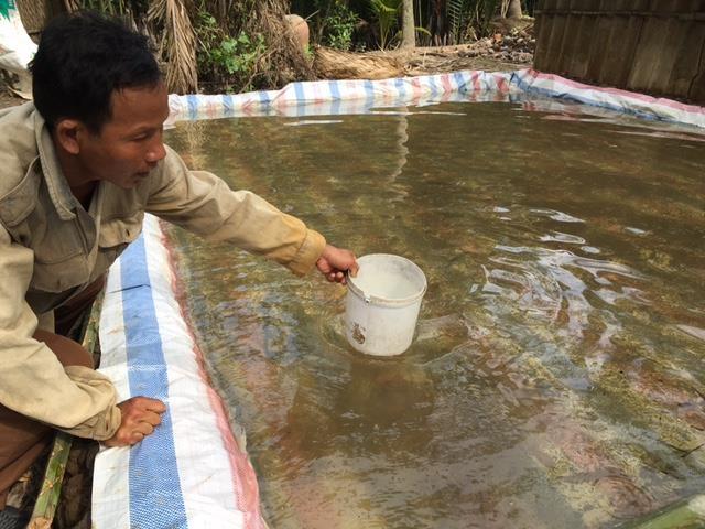 Người dân trữ nước ngọt bằng bao ni lông để sử dụng trong mùa hạn, mặn