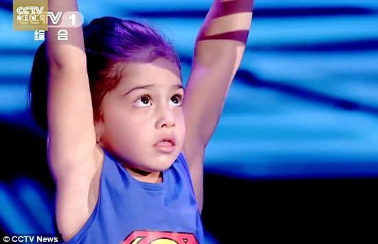 Với sự cổ vũ của cha, cậu bé Arat đã có thể hoàn thành phần thi vượt chướng ngại vật một cách hoàn hảo.