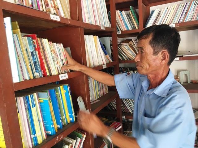 Ông Hưng sắp xếp sách ngăn nắp để bạn đọc dễ tìm