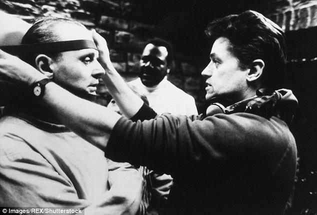 """Nam diễn viên Anthony Hopkins trên phim trường """"Sự im lặng của bầy cừu"""", lắng nghe sự hướng dẫn của đạo diễn Demme."""