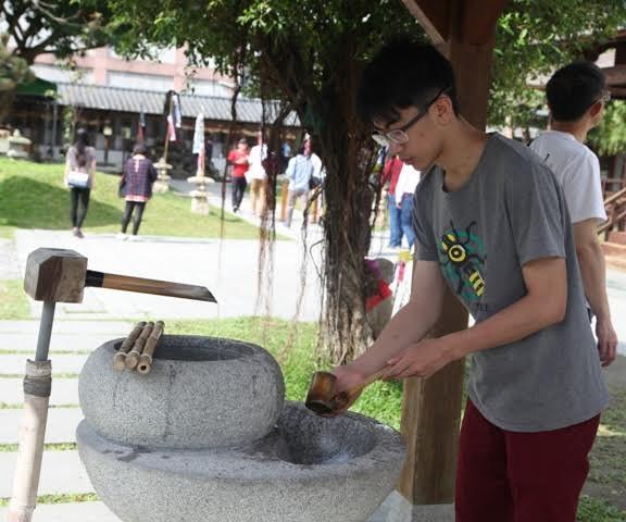 Ngay lối vào chùa bên tay trái có một chậu nước để rửa tay theo phong tục Nhật Bản