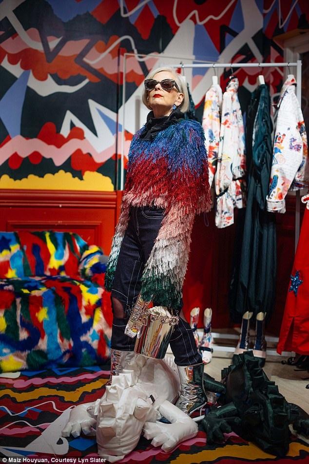 """Giờ đây, ở tuổi """"lục tuần"""", bà Lyn có thêm một công việc thú vị nữa - viết blog thời trang, thường xuyên xuất hiện trong các bộ ảnh thời trang ấn tượng, trên các tờ tạp chí về mốt."""
