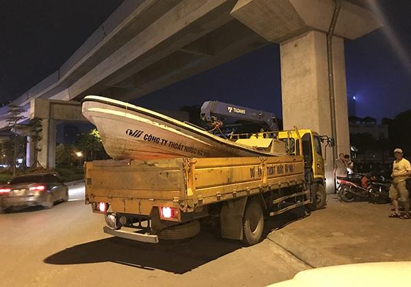 Công ty Thóat nước Hà Nội huy động thêm thuyền để vớt cá chết