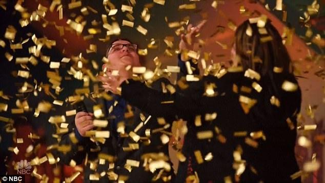 Pháo giấy màu vàng rơi xuống sân khấu.
