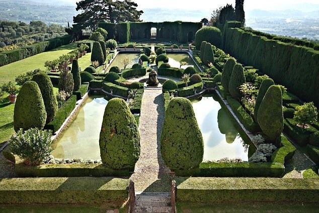 Quang cảnh vườn tược chính là thế mạnh lớn của villa này.