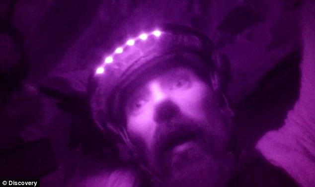 Bối cảnh ghi hình là hang động Cameron, nằm ở bang Missouri, Mỹ.