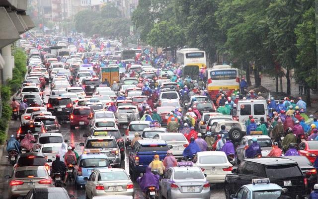 Đường Nguyễn Trãi ùn tắc nghiêm trọng theo hướng vào trung tâm thành phố.