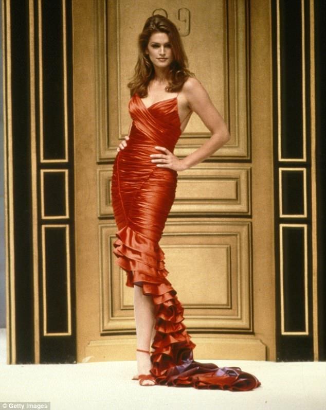 """Người mẫu Mỹ Cindy Crawford trình diễn một bộ đầm """"dải băng"""" của Hervé Léger hồi năm 1995."""