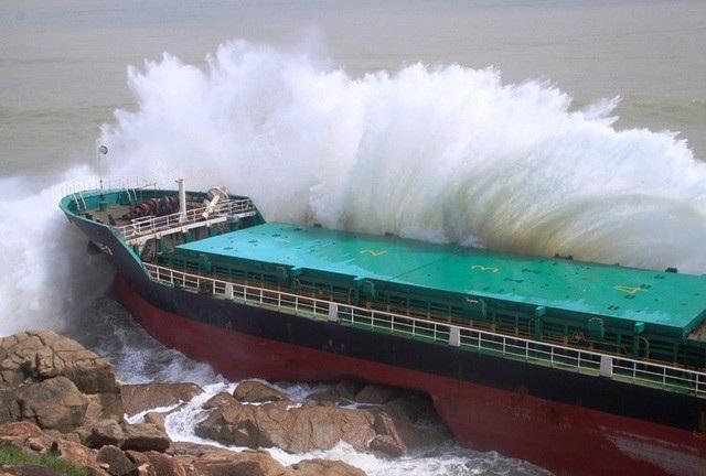Tàu hàng bị sóng đánh dạt vào ghềnh đá ven biển Quy Nhơn (Bình Định) do bão 12 - Ảnh: Doãn Công