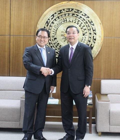 Hai Bộ trưởng bắt tay thể hiện sự cam kết cùng đồng hành, hợp tác, hỗ trợ, phát triển KH&CN hai nước.