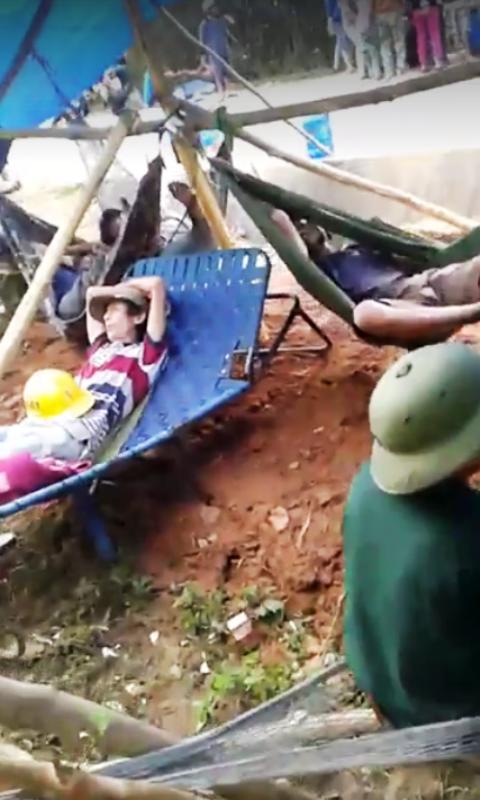 Thậm chí người dân còn dựng lều, mắc võng nằm canh không cho các đơn vị thi công không thực hiện công trình (ảnh chụp từ Clip trên Facebook).