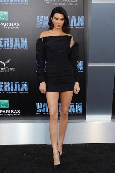 Kendall Jenner nói, cô rất yêu mến, thần tượng đàn chị Cindy Crawford và coi đó là tấm gương để học tập, noi theo. Tôi yêu mến Cindy và muốn có 1 sự nghiệp, cuộc sống như cô ấy.