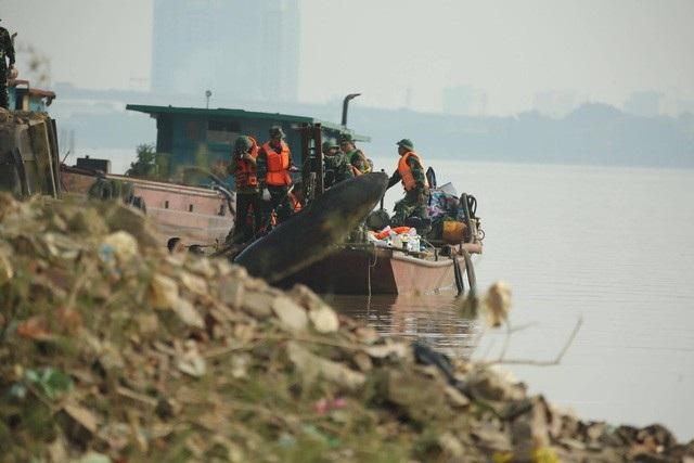 Toàn cảnh trục vớt quả bom dưới chân cầu Long Biên - 11