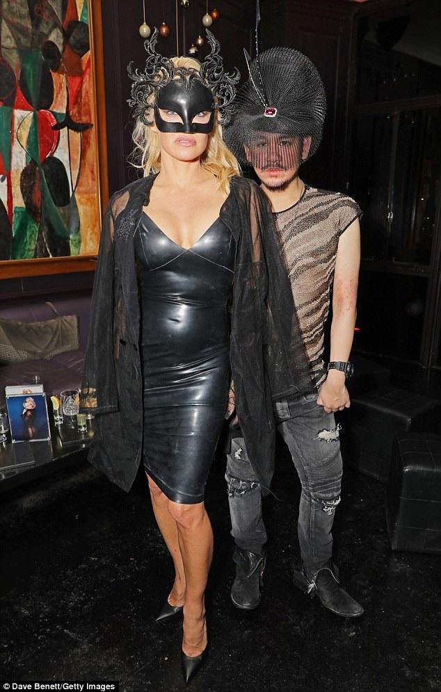 Ở tuổi 50, Pamela Anderson vẫn rất tự tin vào vẻ ngoài gợi cảm của mình