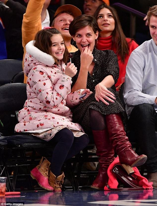 Katie Holmes giữ con gái rất kĩ và hiếm khi cô để con gái xuất hiện trước cánh săn tin, săn ảnh