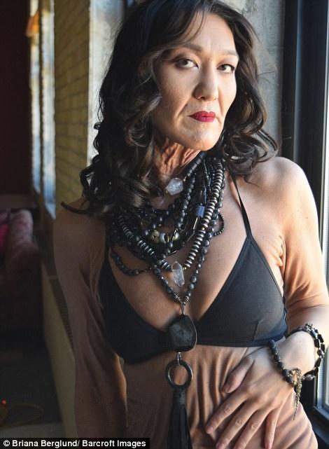 Cô Sara Geurts (26 tuổi) đến từ thành phố Minneapolis, Mỹ, đã quyết định trở thành người mẫu như một cách để vượt lên chính mình, cô mắc phải một hội chứng hiếm gặp khiến cơ thể sớm lão hóa trước tuổi.